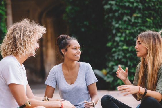 Γιατί έχεις λιγότερους Φίλους καθώς μεγαλώνεις (και γιατί είναι λογικό)
