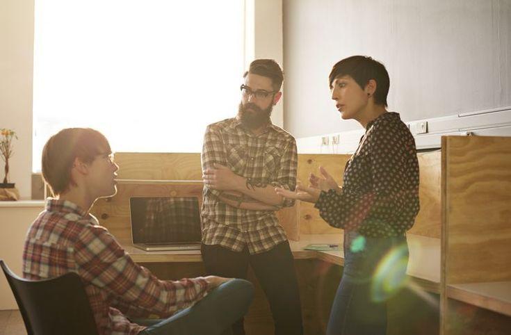 4 τρόποι για να Διακόπτεις τους άλλους χωρίς να χαλάς την εικόνα σου